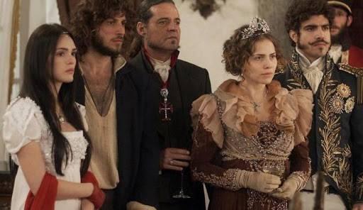 """Novela """"Novo Mundo"""": Joaquim entra na casa de Thomas por um baú"""